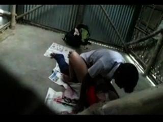 भारतीय शिक्षक मिशनरी स्थिति में छात्र के साथ प्यार करता है