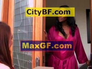 बहुत लंबे काले सुपर सेक्सी महिला और एक छोटे से महिला को