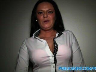 PublicAgent Busty milf नकदी के लिए एक अजनबी के साथ यौन संबंध है