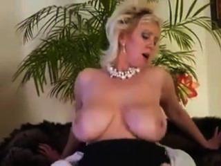 वह अपने सौतेले बेटे के साथ बकवास करने के लिए पसंद करती है