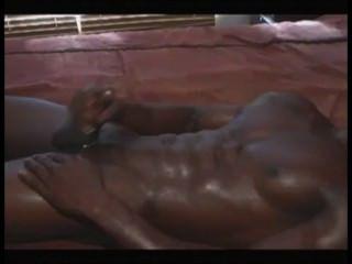 muscled अफ्रीकी हंक दूर झटके और cums