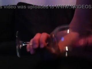डेनिश द्वि लड़का मुर्गा निभाता है और ग्लास में शुक्राणु के साथ आता है (के बाद 3 घंटे खेलते हैं)