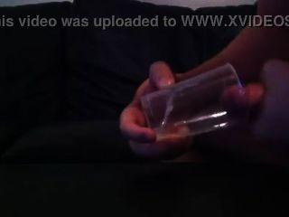 डेनिश द्वि लड़का मुर्गा निभाता है और ग्लास में शुक्राणु के साथ आता है