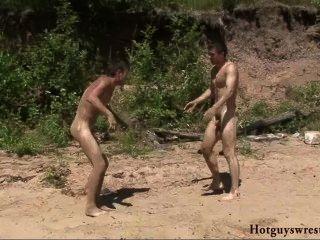 समुद्र तट लड़कों न्यूड कुश्ती