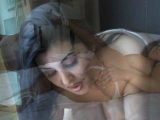 daylene रियो एक blowjob करता है और उसे बड़ी प्राकृतिक स्तन पर सह हो जाता है