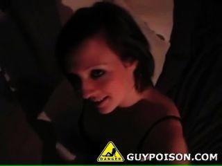 गर्म लड़की एक चेहरे हो जाता है
