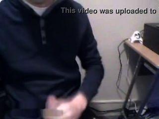 कम्प्यूटर कक्ष में डेनिश लड़का खेल रहा है मुर्गा