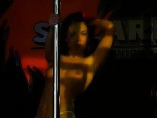 सेक्सी उधेड़नेवाला पोल नृत्य