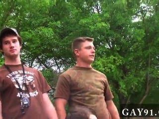 पिछवाड़े में समलैंगिक नंगा नाच Dildo, जबकि एक टट्टू घड़ियाँ बंद हस्तमैथुन, और