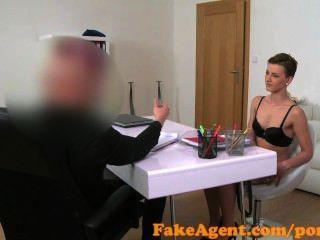 FakeAgent पतला श्यामला बेब बेकार है और कास्टिंग में Fucks