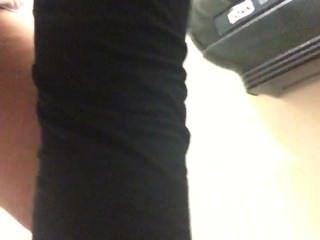 पत्नी काम पर शौचालय में peeing, न उसके पैंट पर इस बार!