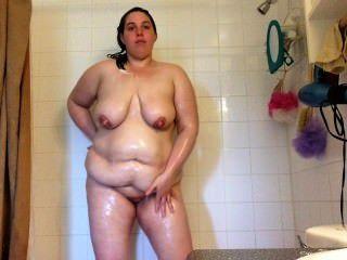 सेक्सी बीबीडब्ल्यू एमआईएलए बड़े स्तन गीला और शॉवर में साबुन में lathered टपकता