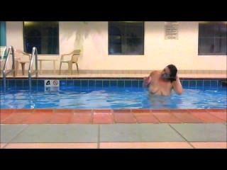 रेड इंडियन मैडी स्विमिंग पूल होटल में पूरी तरह से नग्न तैरती सब दिखा !!