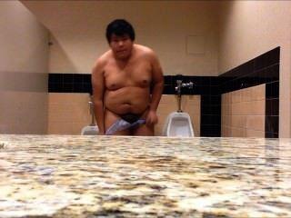 मोटा लड़का पब्लिक टॉयलेट में पूरी तरह से नग्न