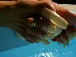 फ्रांसीसी महिला प्राकृतिक लंबे toenails dildo के साथ खेलना