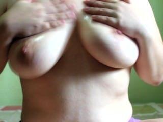 बड़े स्तन ऊपर तेल से सना