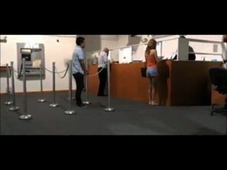 महिला गार्ड द्वारा एक बैंक में चमकती पकड़ा जाता है