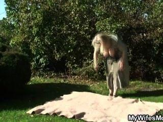 जब पाया पत्नी पागल हो जाता है उन्हें बगीचे में कमबख्त