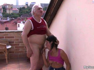 वह वर्ष Granpa उसके जवान छेद प्रहार करते हैं