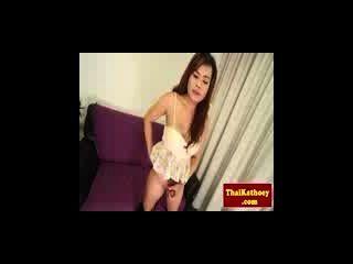 अधोवस्त्र में संचिका थाईलैंड ladyboy डिक के साथ खेलता है