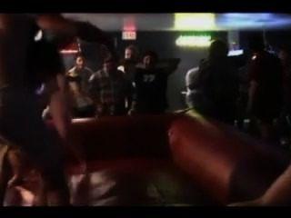 पुरुष को उठा लिया और लड़कियों से चारों ओर फेंक दिया जाता है