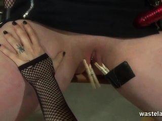 समलैंगिक मालकिन सेक्स के खिलौने और उंगलियों के साथ संभोग करने के लिए प्रेमिका लाता है
