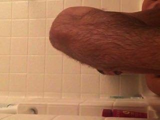पेशी लड़का और टब में अपने सेक्सी पैर