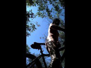 झाड़ियों में एमटीबी सवारी मैं नग्न छीन लिया और अपनी बाइक की सीट buttfucked!