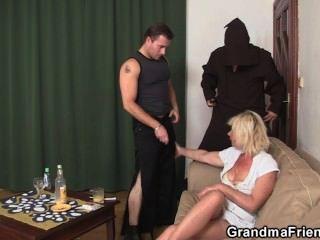 गर्म गोरा दादी दो ताजा लंड आनंद मिलता है
