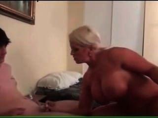 बड़ा tittted कौगर माँ उसके सौतेले बेटे fucks
