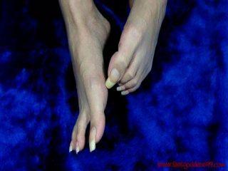 feetgoddess99 लंबे, unpolished toenails