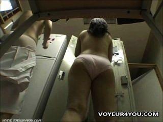 लॉकर कमरे में छिपे हुए कैमरे