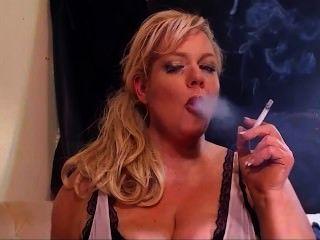 गोरा milf धूम्रपान सभी सफेद बुत