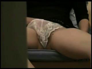महिला छिपे हुए कैमरे के सामने अश्लील करने के लिए masturbates