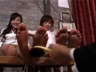 एशियाई लड़कियों को गुदगुदी!