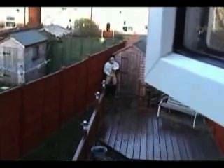 छत पर मरोड़ते पकड़ा
