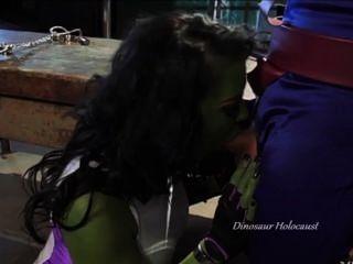 हरे रंग की फूहड़ वेश्या मनुष्य के लिंग पर chokes