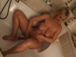 परिपक्व गोरा सवारी बाथ टब में dildo