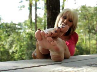 पार्क में नंगे पैर