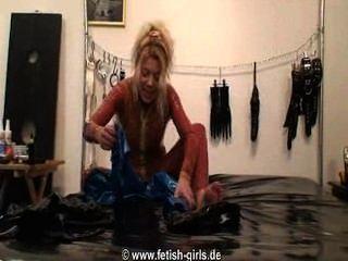 लेटेक्स catsuits की परतों में ड्रेसिंग, पर डालने और रबर अप zipping