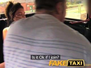 पीछे टैक्सी त्रिगुट में FakeTaxi मज़ा समय युगल