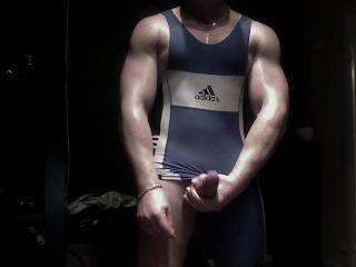 कुश्ती स्वेटर में पेशी jerkoff