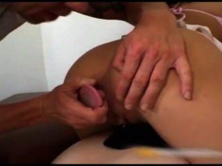 दो युवा sluts के साथ गुदा त्रिगुट