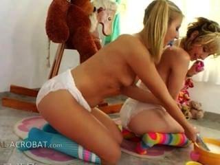 डायपर के साथ अद्वितीय lesb खेल