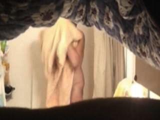शॉवर में गर्म माँ