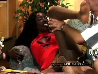 गर्म अफ्रीकी बेब उसे सेक्सी pantyhose सींग का बना पुराने व्हाइटी द्वारा फट जाता है