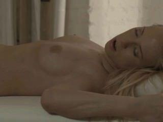 Blondie बेब कार्ला मेज पर टक्कर लगी