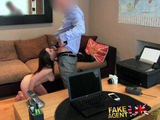 FakeAgentUK आप मेरे गधे ले जा सकते हैं बस मुझे एक नौकरी दे