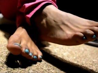 ऊँची एड़ी के जूते में आबनूस पैर (तंग)