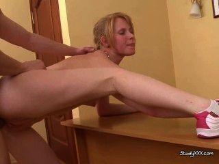 बर्था सेक्स शिक्षा के क्षेत्र में एक एक हो जाता है